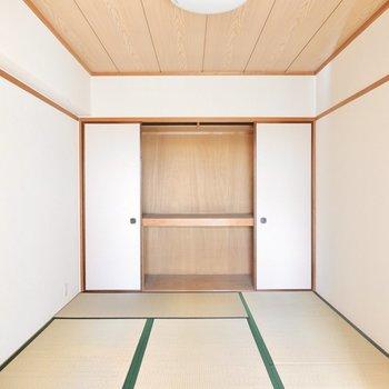 もうひとつの和室も同じ約6帖。奥の壁一面が押入れになっています。