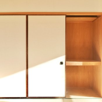 壁側には押入れも。扉を開けるとLDKへの扉が閉じる仕組みです。