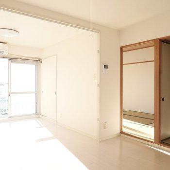 LDKの隣には和室が2つ。窓側には収納がありまます。