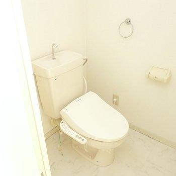 トイレも見た目はシンプルですがウォシュレットが設置されています。(※フラッシュを使用して撮影しています)
