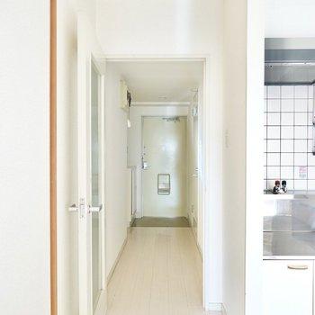 キッチンの隣のドアから廊下へ。