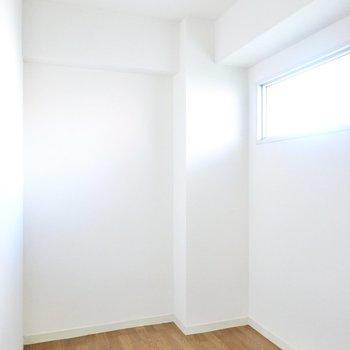 玄関の隣には約2帖ほどのフリースペースが!テレビ通話の際のブースにするといいかも。