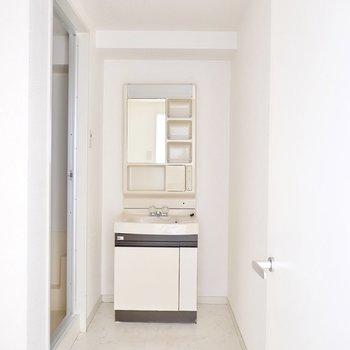 脱衣所に入ると正面に洗面台が。脱衣スペースは3人ほどが立てそうな広さ。