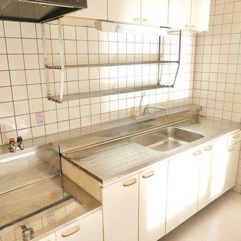 キッチンのコンロは持ち込みですが、シンクの両側にスペースがあり、かなり長い水切りラックも。