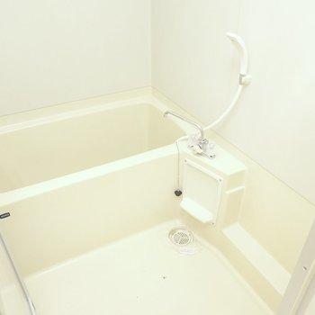お風呂は内装も設備もシンプル。(※フラッシュを使用して撮影しています)