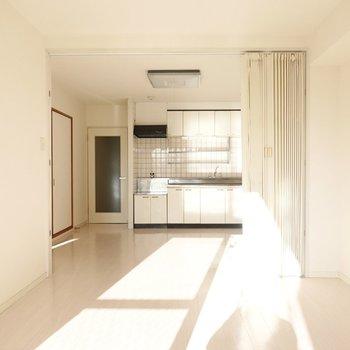 キッチンまで日差しが届く。LDKの窓側とキッチン側はアコーディオンカーテンで仕切れます。