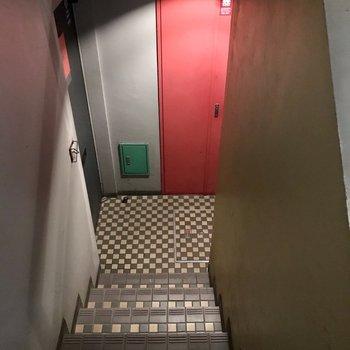 ここを下ってお部屋、、なんだかアジト