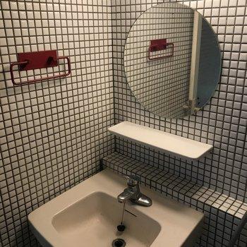 洗面台は可愛らしい丸鏡