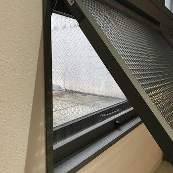 大きな窓は開閉可能