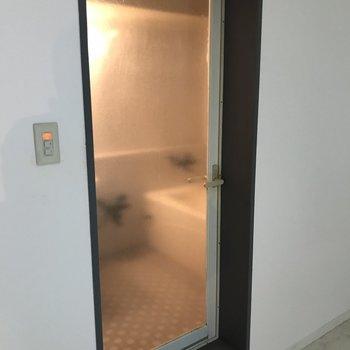 お風呂場の扉はちょっとセクシー!
