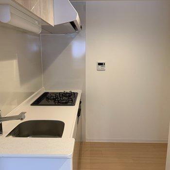 キッチンはこちら。清潔感あるデザインです。※写真は同間取り別部屋です。