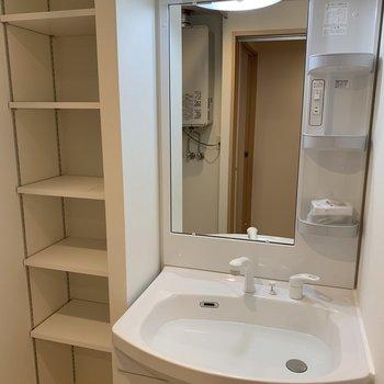 洗面台と収納棚※写真は同間取り別部屋です。