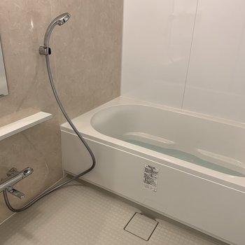 浴室も浴槽も広い!※写真は同間取り別部屋です。
