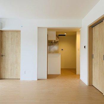 各居室の戸は素材感ある木仕様。触り心地もよい◎※写真は同間取り別部屋です。