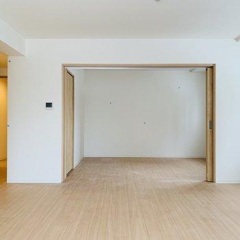 扉を開けると奥には洋室※写真は同間取り別部屋です。