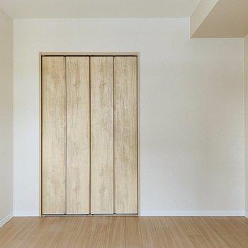 こちらもリビング隣の洋室。やはり扉は木で統一!※写真は同間取り別部屋です。