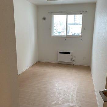 こちらは玄関横の洋室。暖房もついてます※写真は同間取り別部屋です。