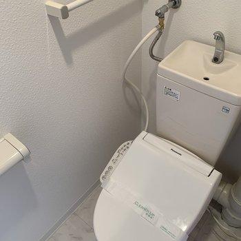 リビングと同じ床で清潔感あふれるトイレ。