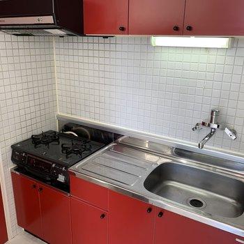赤がポイントのキッチン。 グリルもついているので、レシピ豊富に作れちゃう!