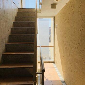 大きな窓が特徴的な共用部階段。