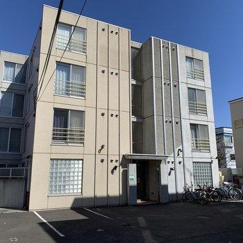 左右2つのブロックに分かれた建物