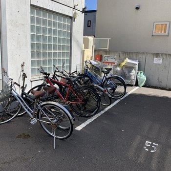 駐輪場は外に。