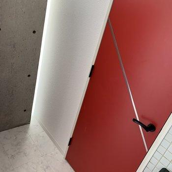 キッチン後ろには冷蔵庫を置くスペースも確保。