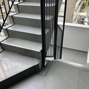 この階段好きだな〜〜。