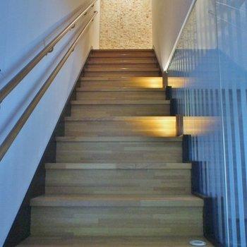 階段を下がってお部屋なんです!