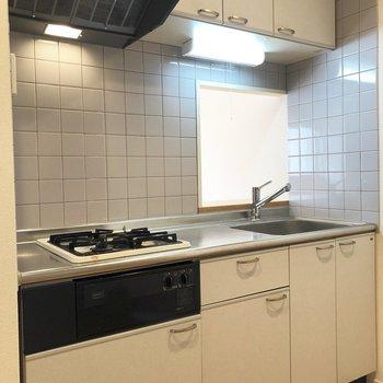 キッチンへ。※写真は5階の反転間取り別部屋のものです
