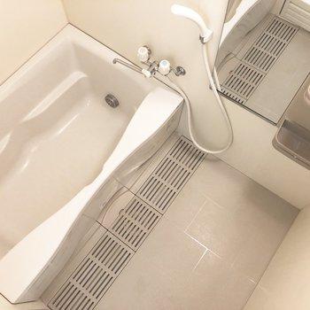 清潔感のあるバスルーム。※写真は5階の反転間取り別部屋のものです