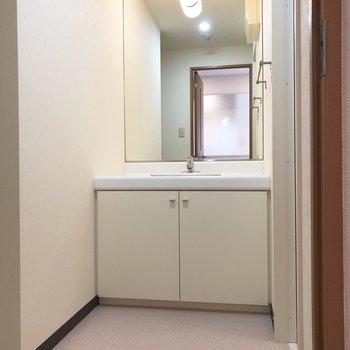 朝の準備に嬉しい独立洗面台。※写真は5階の反転間取り別部屋のものです