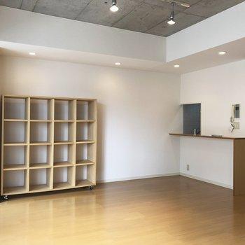 棚に本を飾るのもいい。※写真は5階の反転間取り別部屋のものです