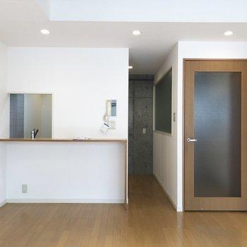 カウンターキッチンになっています。※写真は5階の反転間取り別部屋のものです