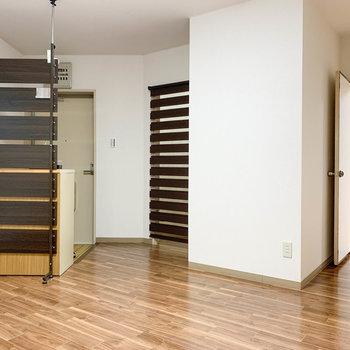 【DK】キッチン側から。玄関と、その右にブラインドの付いた脱衣所があります。