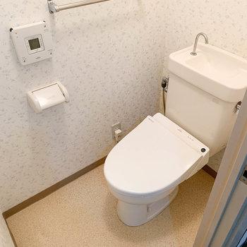 トイレは独立。温水洗浄便座付き。