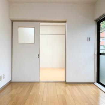 【洋室6帖①】クルッと振り向いて。奥にもう一部屋。
