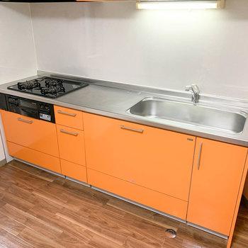 【DK】3口ガスの広いキッチンです。