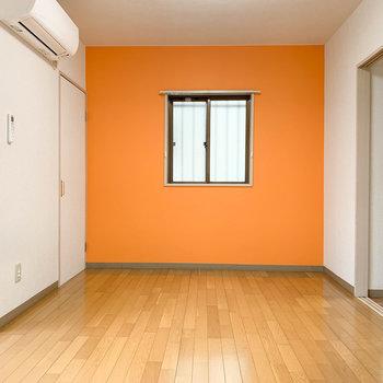 【洋室6帖①】キッチンから、左にある洋室へ。オレンジです。
