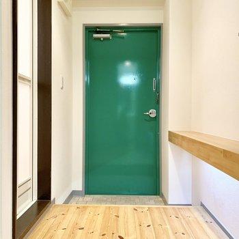 玄関ドアはポップなグリーン!かわいい!