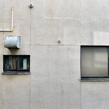 反対側の窓の外は壁。でも人目は気にならなそう。