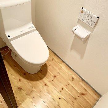 ここに、無垢床ひと続きのタンクレスのおトイレ。