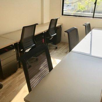 【写真はイメージです】レンタルオフィスはこんな感じに。3名席~用意してますよ。