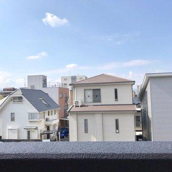 バルコニーの先は住宅街。穏やかに生活できそうです。