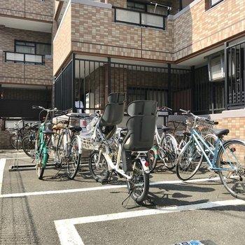 駐輪場は建物横にありました。