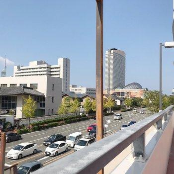 歩道橋からは福岡タワーも見えます。