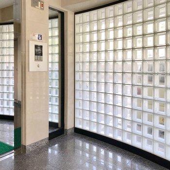 建物入り口。ガラスブロックがお洒落。しっかりオートロックも嬉しい!
