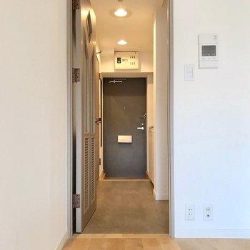 廊下はグレーの床で落ち着いた雰囲気。