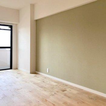 壁一面にグリーンの壁紙。落ち着くなぁ〜…