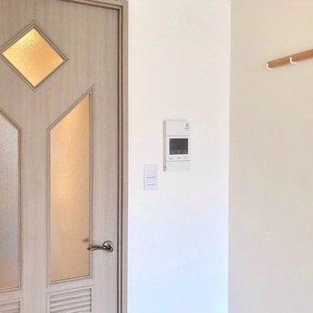 素敵デザインの扉は既存のもの。モニターホンにフック、新しく付きました。